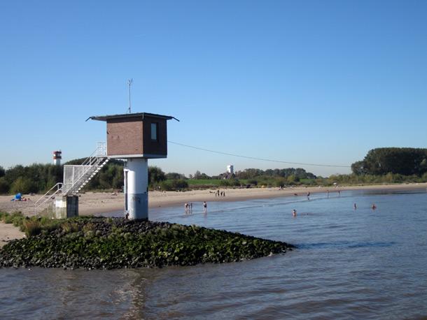 Hamburg im Herbst. Der Elbstrand von Krautsand im alten Land bei Hamburg.