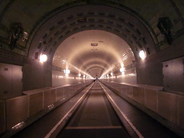 Die Tunnelröhre ist doch schöner als die des neuen Elbtunnels, oder?