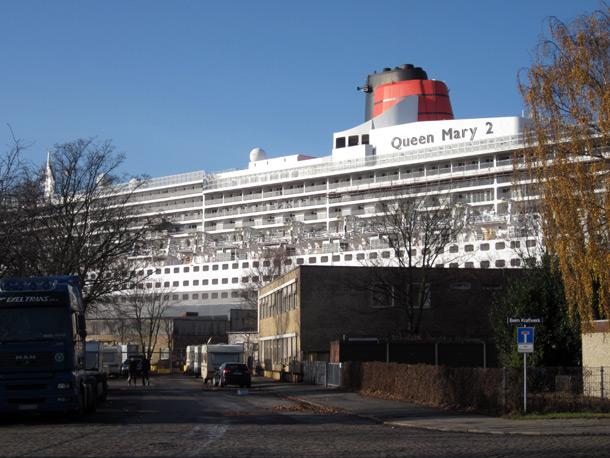 Mit etwas Glück erwartet einen am anderen Ufer eine Überraschung. Hier lag die Queen Mary 2 bei Blohm und Voss zur Reperatur im Dock.