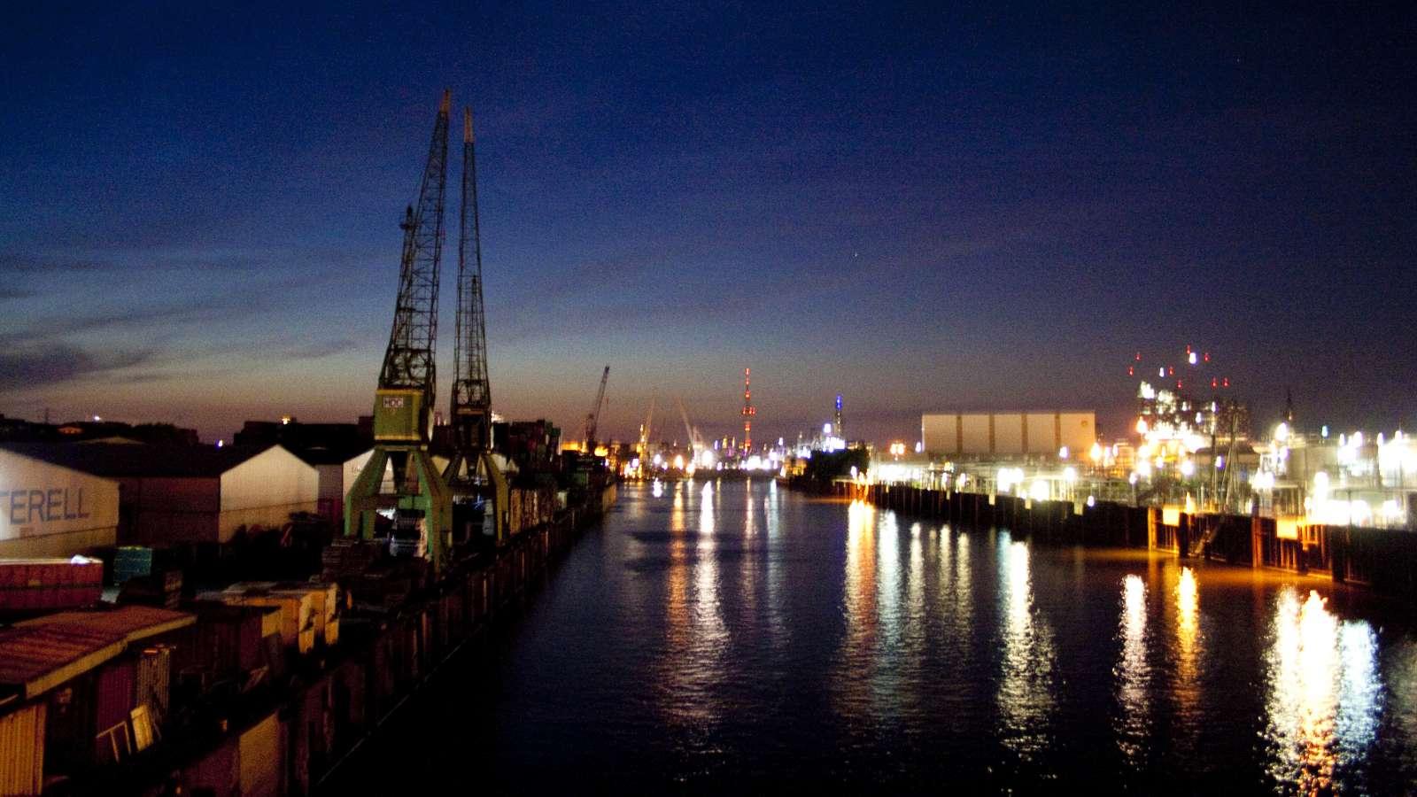 Mit dem Rad von den Landungsbrücken in Richtung Dockville lassen sich fabelhafte Szenerien beobachten–1