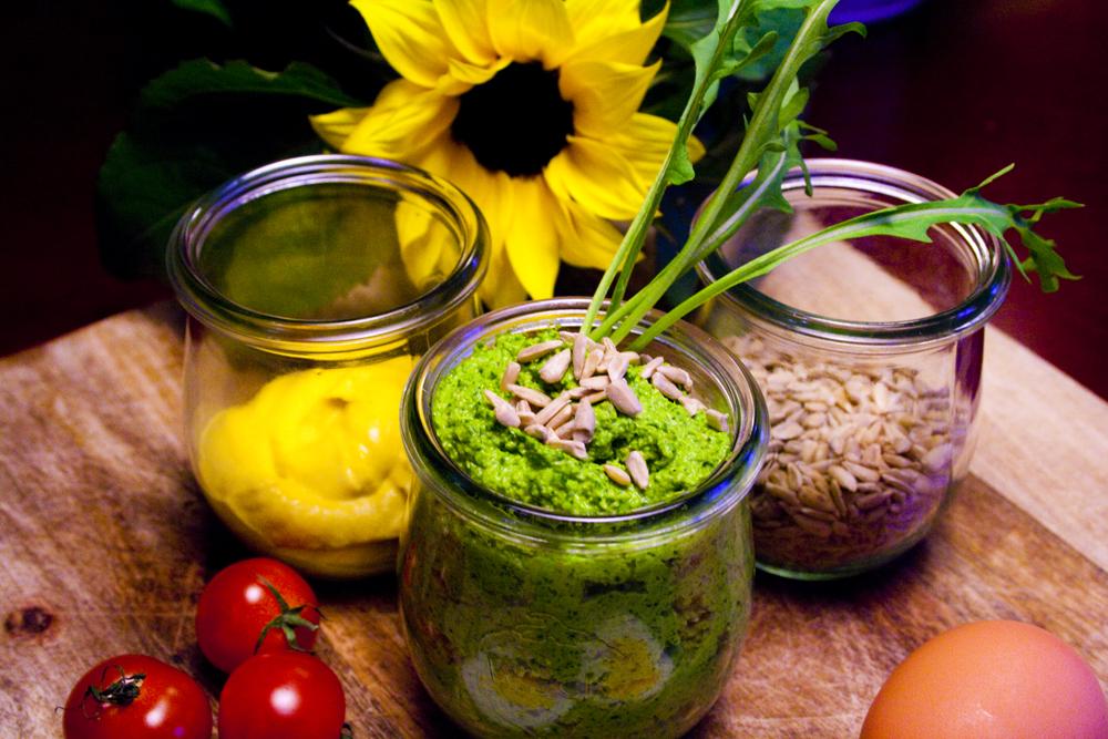 Das hübsche Pesto macht sich besonders neben Senf und Tomaten sehr possierlich