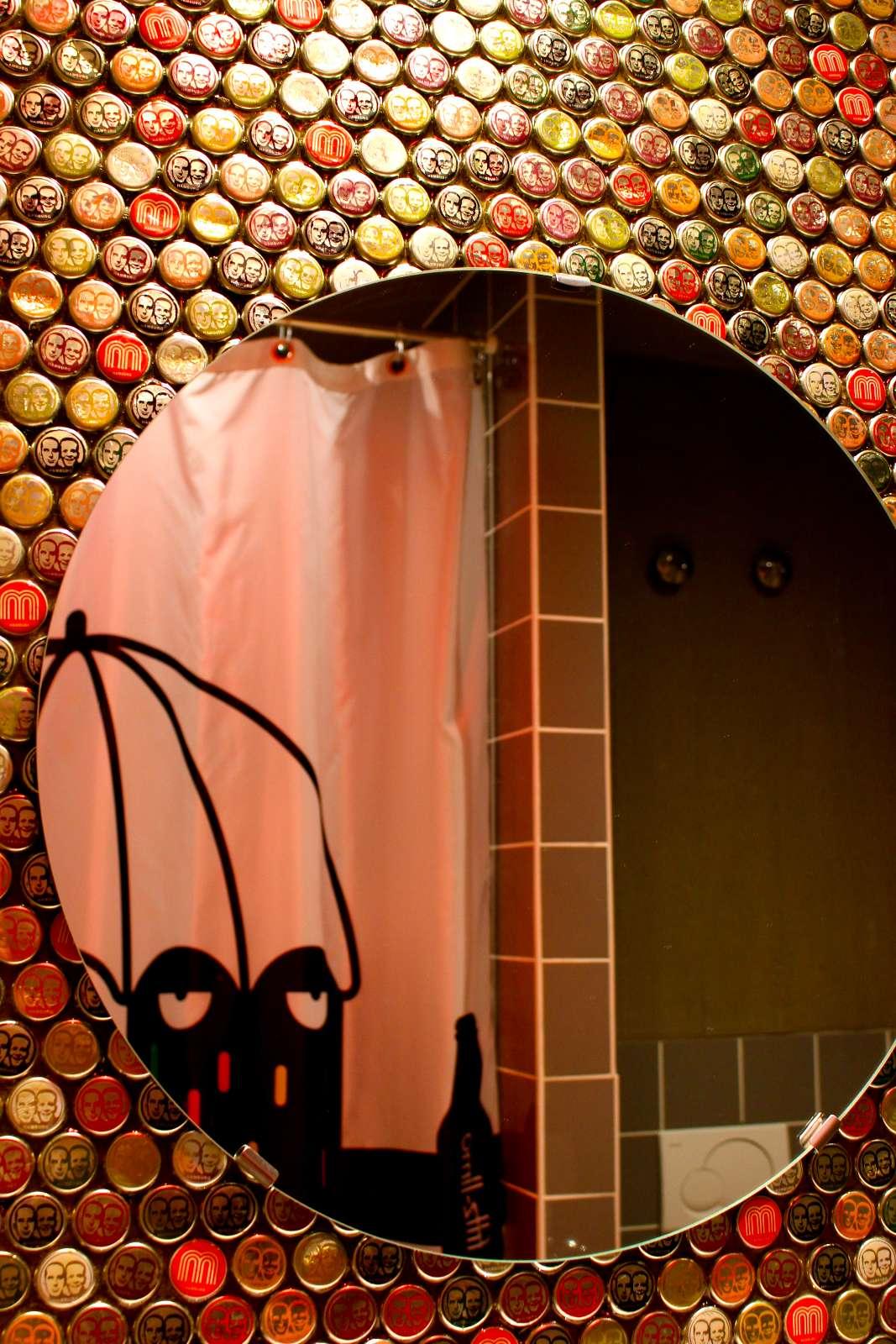 hunderte Originalkonkorken werden vom Duschvorhang beäugt