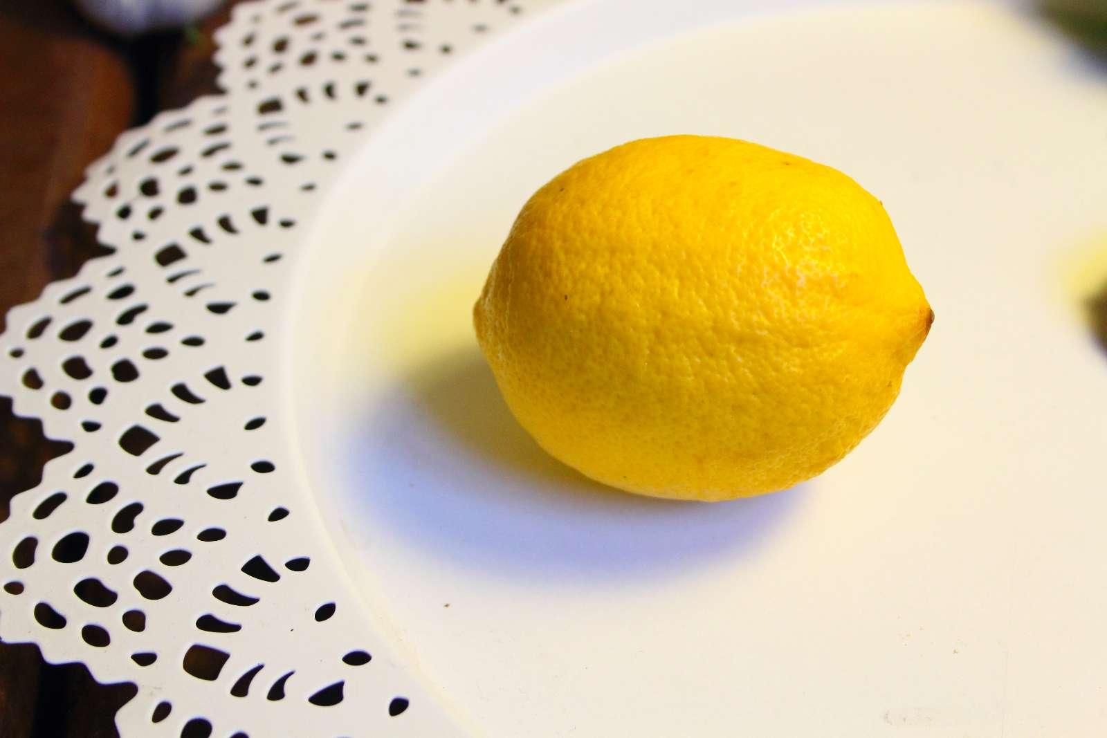 Zitronensaft vervollständigt das Geschmackserlebnis mit den Linsen