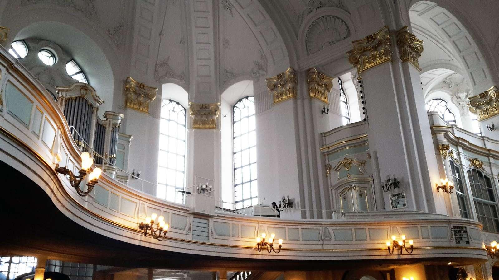 Der geschwungene, barocke Innenraum des Michels