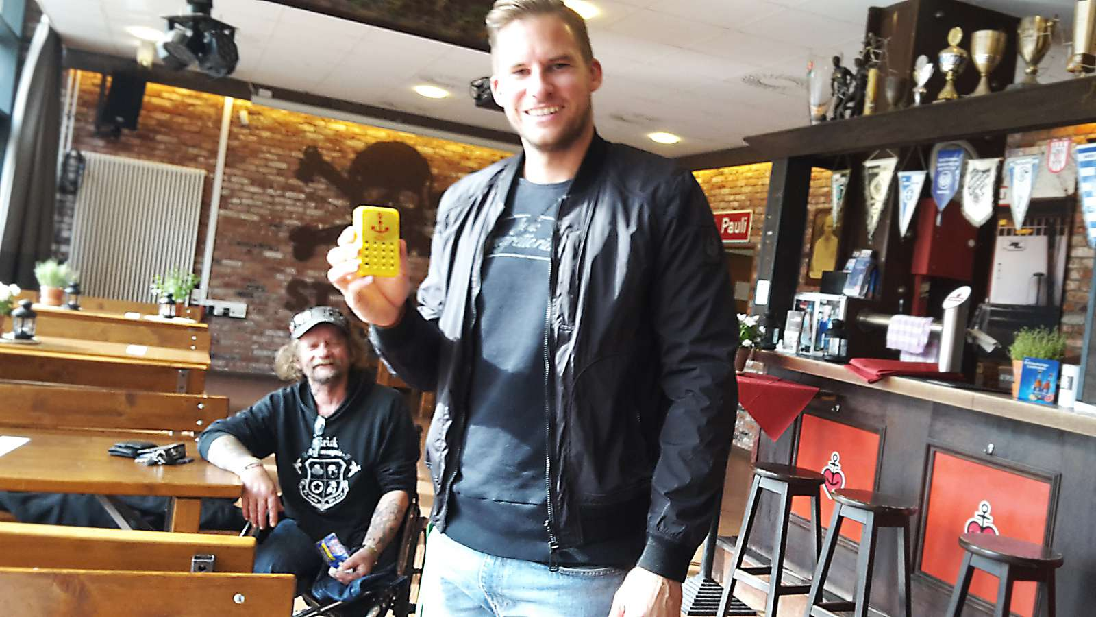 """St Pauli Torwart Philipp Heerwagen, mit Soundbox. Dahinter: """"Rolli-Werner"""""""