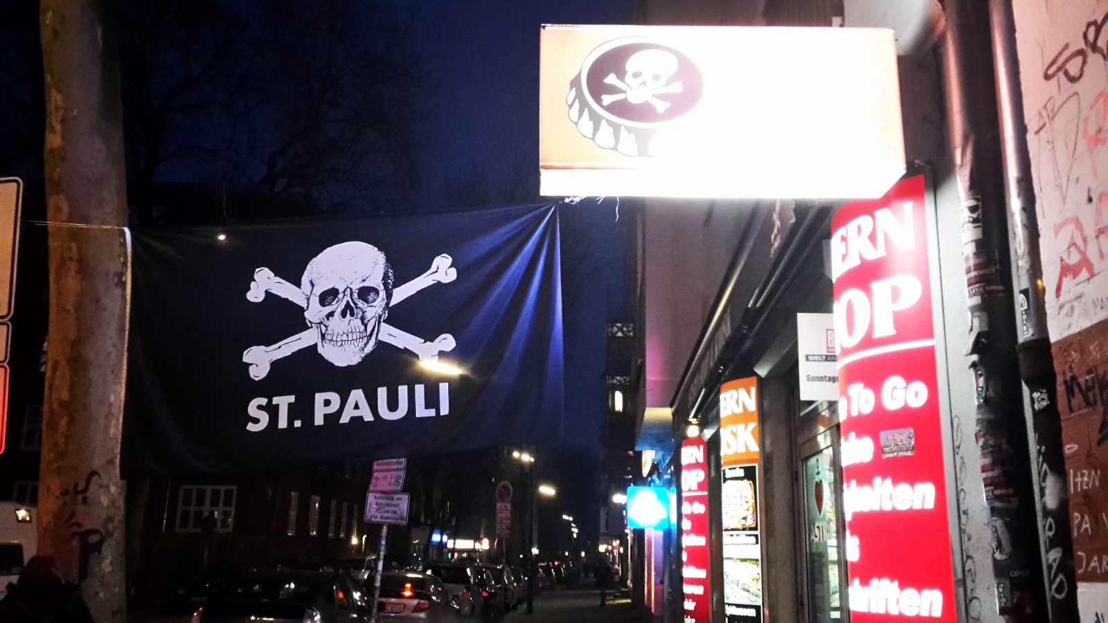 Die St. Pauli-Fahnen prägen den Kiez