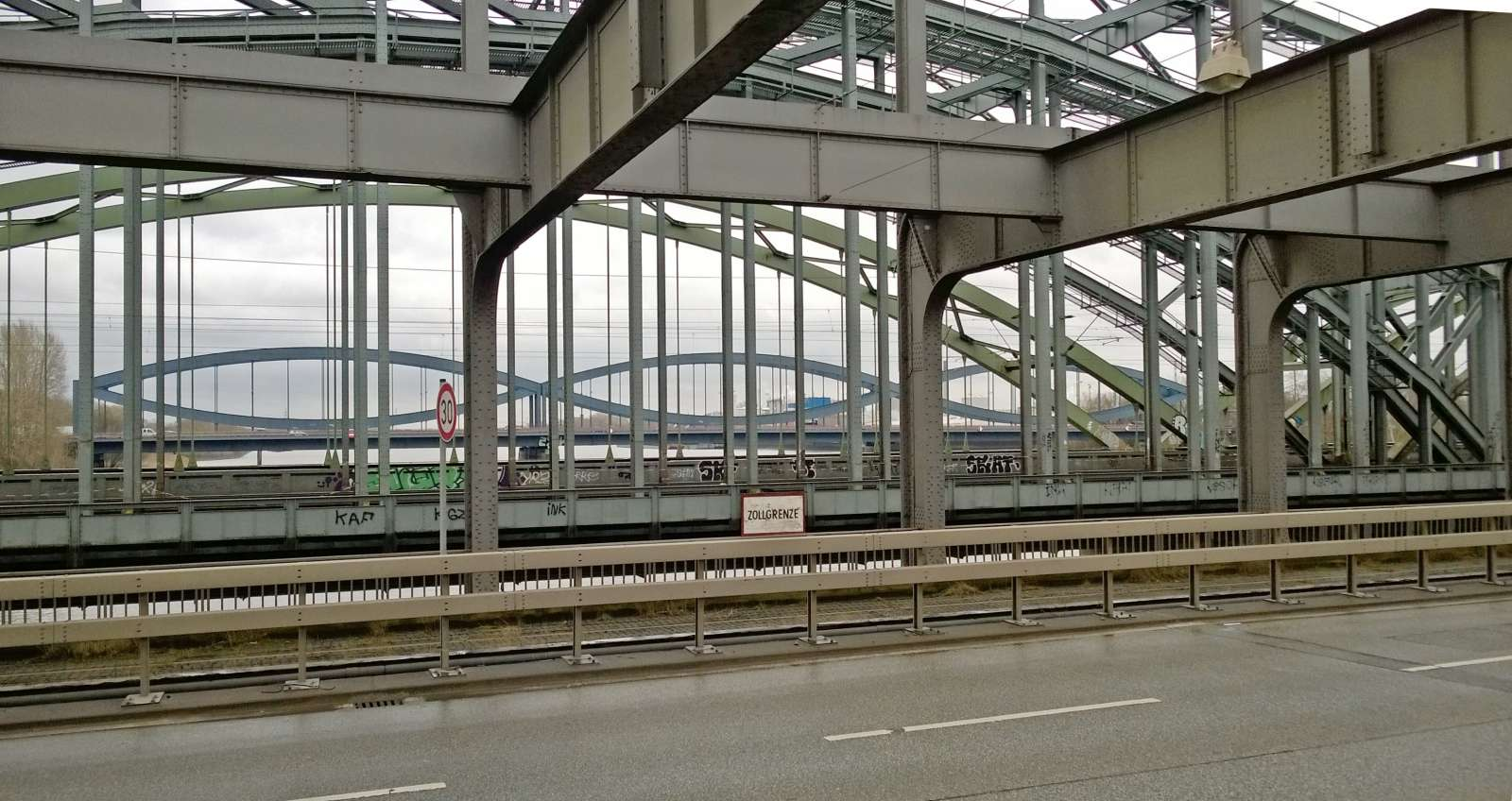 Freihafenelbbrücke, Zollgrenze, Norderelbbrücke, Neue Elbbrücke / Flor!an [CC BY-SA 4.0 (https://creativecommons.org/licenses/by-sa/4.0)], from Wikimedia Commons