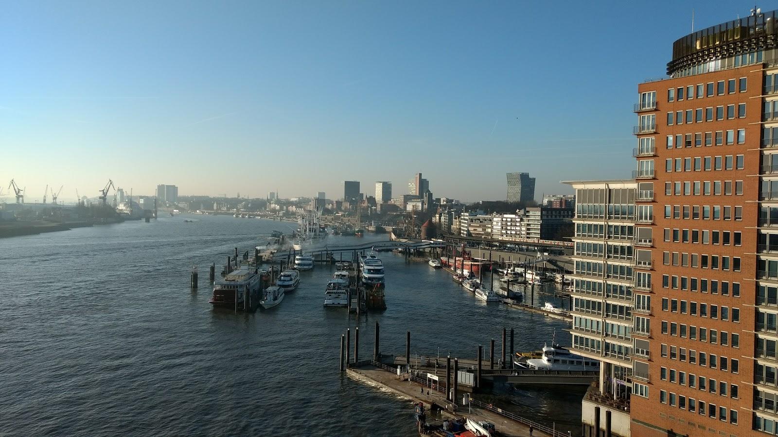 Blick von der Plaza der Elbphilharmonie auf den Hafen / Foto: Fvilser
